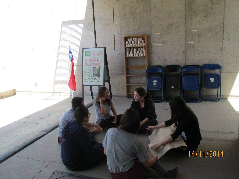 Un grupo de jóvenes del Colegio Eduardo de la Barra, capacitándose