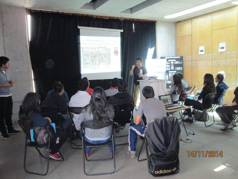 Estudiantes del Colegio Eduardo de la Barra, escuchando atentos.