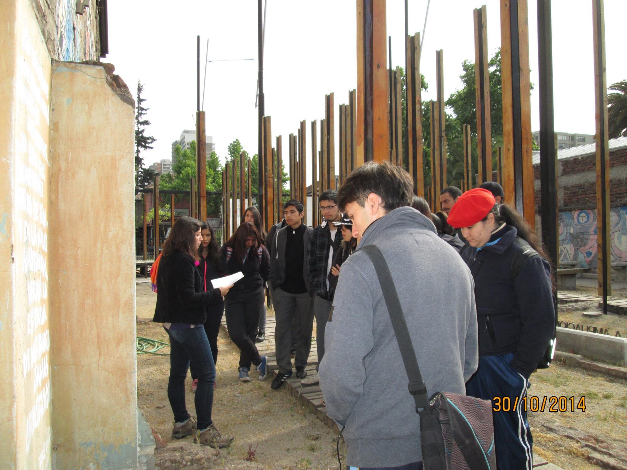 Estudiantes Colegio Erasmo Escala, recorriendo la Casa Memoria