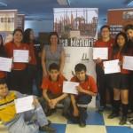 Estudiantes del Colegio Mariano Egaña mostrando sus diplomas